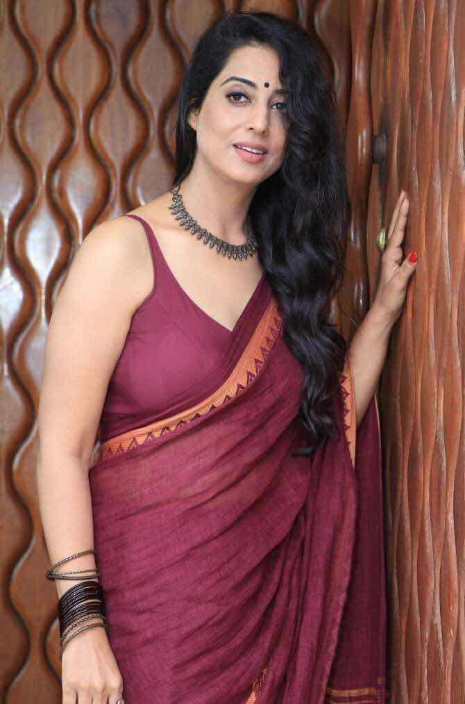Mahie Gill in cotton saree paired with matching sleeveless backless blouse Navel Queens