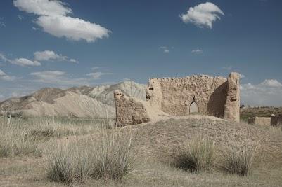 Reste alter Lehmbauten im Kurka Tal