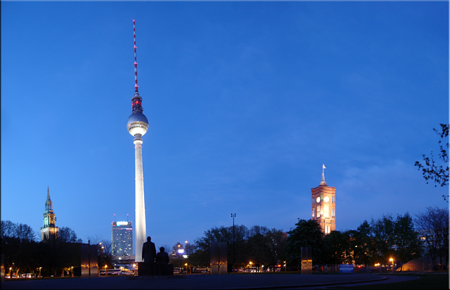 Marx & Engels mirando hacia Alenxander Platz - Nikolai Viertel - Berlín'10