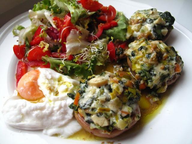 Pieczarki faszerowane, jajko w koszulce oraz sałatka (z papryką i kiełkami, w sosie winegret)
