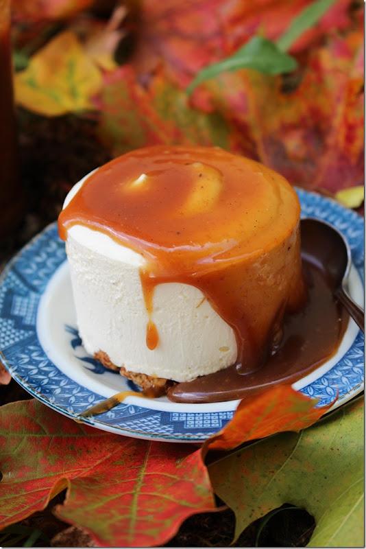 Närbild på en cheesecake som nästan dränkts i ljuvligt gyllene kolasås.