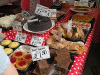 Городок Севеноакс. Ромовая Баба и другие сладости на местном рынке.