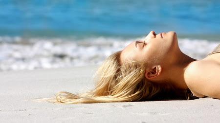 Cuidados com os cabelos loiros na praia