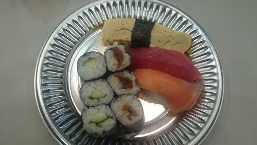 [写真] 初日にふるまわれた寿司