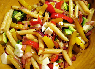 Μακαρόνια Με Χωριάτικη Σαλάτα, Pasta With Greek Salad.