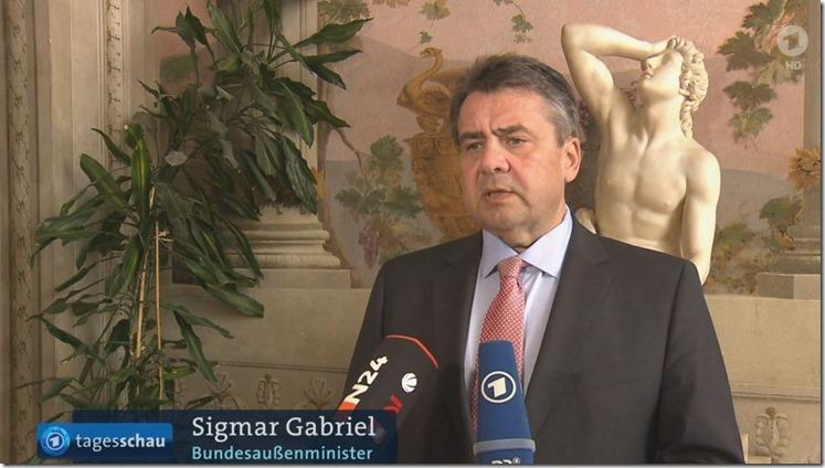 Sigmar Gabriel vor Statue