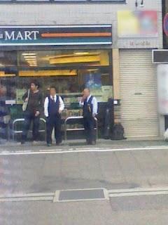 コンビニ前でタバコを吸うタクシー運転手