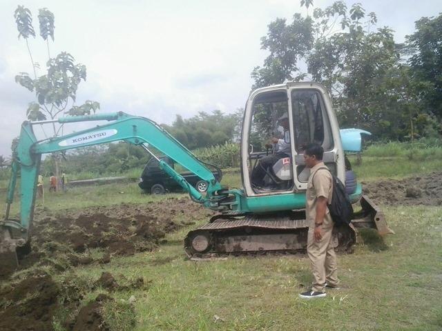 Kabag Pembangunan Desa Caturharjo mengawasi penyiapan lahan hutan desa Caturharjo