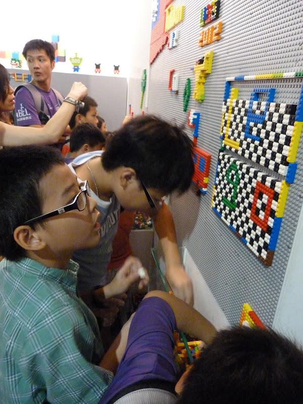 Taipei. Songshan Cultural and Creative Park. Nathan Sawaya. LEGO - P1230062.JPG