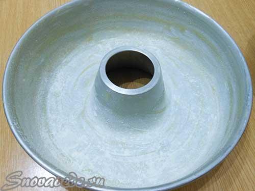 смазать форму маргарином и посыпать мукой