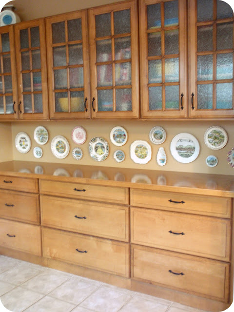 vintage souvenir plate collection display