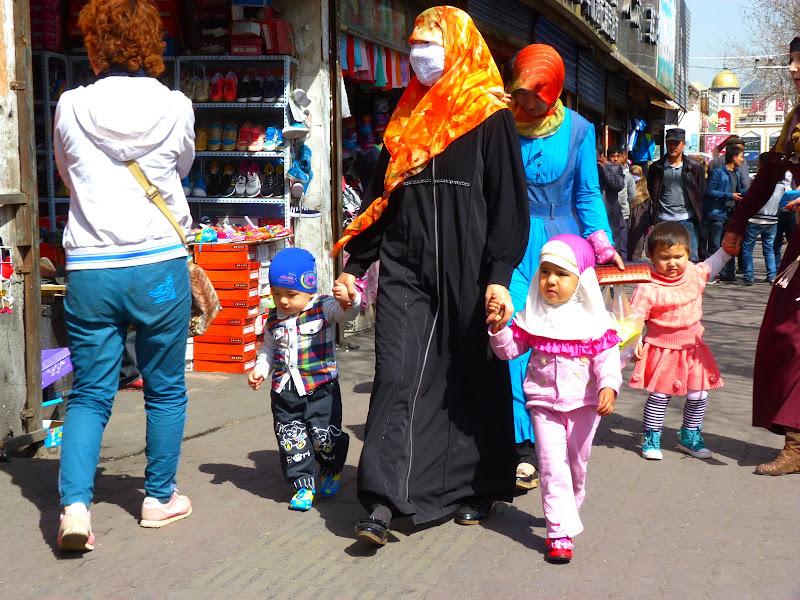 XINJIANG. Urumqi, Grand Bazar, 8 avril - P1270292.JPG