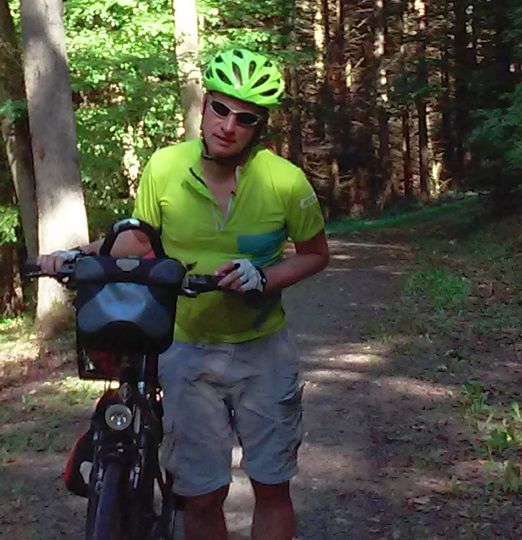 Chris schiebt sein Rad auf dem Appelbach-Radweg Richtung Donnersberg