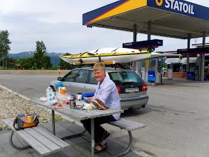 Photo: Turen nordover godt i gang. Frokost i Snåsa etter halsbrekkende ferd mot tom tank langs Snåsavatnet!
