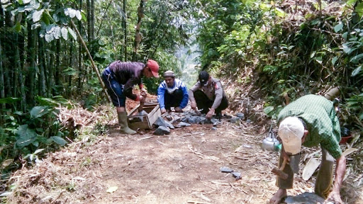 Bangun Jalan Tanpa Bantuan Pemerintah, Bhabinkamtibmas Desa Cipeuteuy Turut Bantu Warga