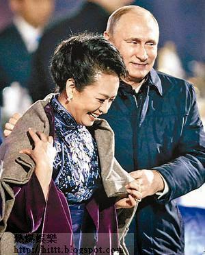 俄羅斯總統普京站起來,為身旁的習近平夫人彭麗媛披上毛氈。(中新社圖片)