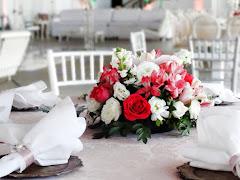 Album (digital) de fotos de Centros de Mesa Baixos. Fotografias digitais da Carla Flores, que faz decoração floral em eventos sociais e corporativos usando as mais lindas flores. Faz bouquet (buquê) de noiva, decoração de casamento, decoração de festas, decoração de 15 anos, arranjos de mesa, decoração de salão de festa, locação de mobiliário, decoração de igreja, arranjos de casamento e decoração dos mais lindos eventos. Atua em Niterói, Rio de Janeiro (RJ).