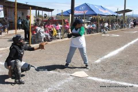 Norma García de Pioneras de Vallecillo en el softbol del Club Sertoma