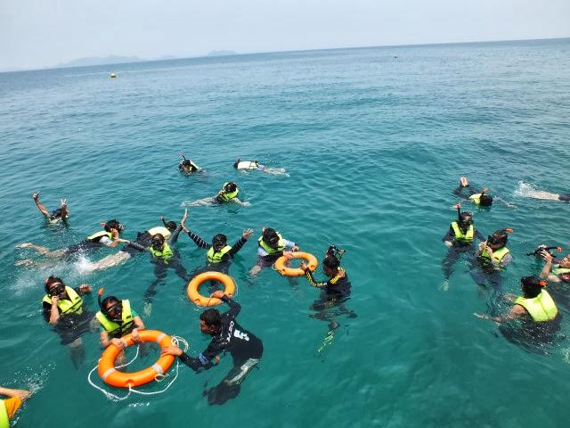 ผู้ดูแลมักจะใส่ตีนกบ เพื่อให้ว่ายน้ำได้เร็วขึ้น และสามารถช่วยนักท่องเที่ยวได้อย่างคล่องแคล่ว