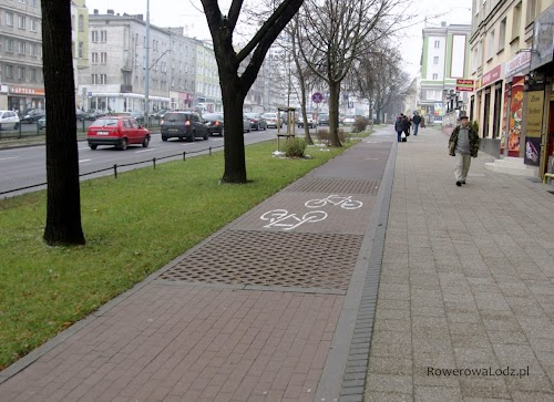 Nie dość, że droga dla rowerów wykonana z kostki, to jeszcze w okolicach drzew zastosowano drenowaną nawierzchnię. Ponoć miało to pomagać w nawodnieniu systemu korzeniowego.