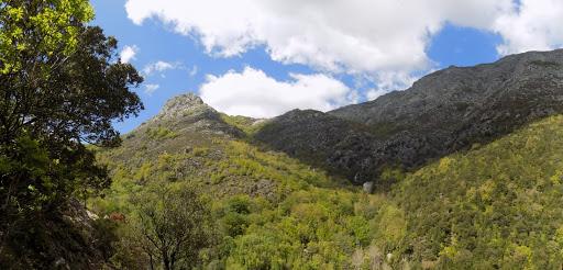 Le petit col face aux rivières-ravins de Lattone et Agnone qui confluent en contre bas avec le Monte Tignosu