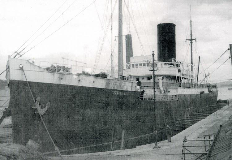 23 de febrero de 1950. Dique de Gamazo. El MANUEL CALVO en reparacion. Foto J.M. Blanquez. Del libro 19 mercantes y un destructor.jpg