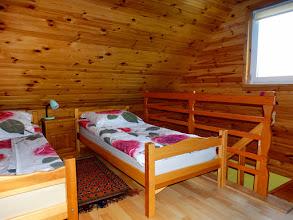 Photo: Górna kondygnacja w budynku B. Dwa łóżka.