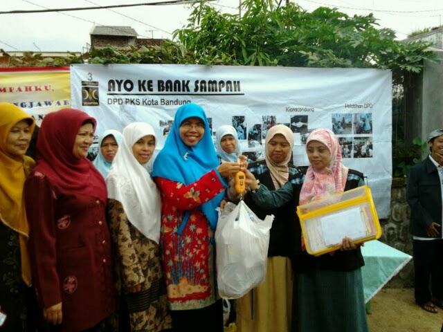 Istri Wakil Walikota Bandung (jilbab biru) resmikan unit baru Bank Sampah