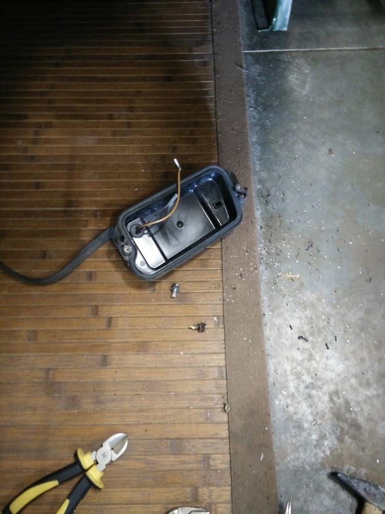 freiwillig wollte der Nebelscheinwerfer nicht raus aber eine Schraube war ausgerissen und der Scheinwerfer damit undicht.
