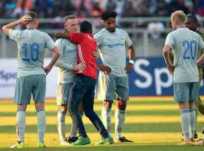 Tanzanian wearing Manchester United Jersey invade pitch to hug Wayne Rooney