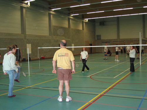 Badminton begeleider Jan Kaesemans kijkt wat verwonderd naar  het danspasje van zijn badminton partner.