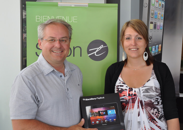 Louis Ross, président de Multicom Communications, remet la BlackBerry Playbook à Geneviève Côté