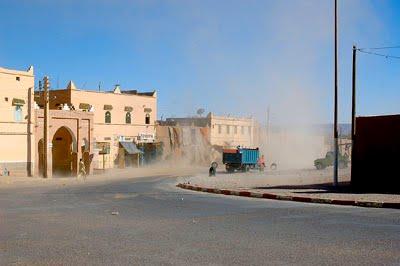 Знойный ветер африканской пустыни сирокко добрался до городских построек.