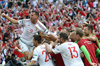 Szalai Ádám (b) és a magyar labdarúgó-válogatott tagjai ünnepelnek, miután 1-1-es döntetlent játszottak a franciaországi labdarúgó Európa-bajnokság Izland - Magyarország mérkőzésen, Marseille, 2016. június 18. (MTI Fotó: Illyés Tibor)