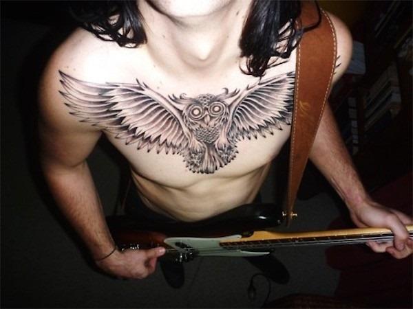 o_preto_e_o_cinza_coruja_tatuagem_no_peito