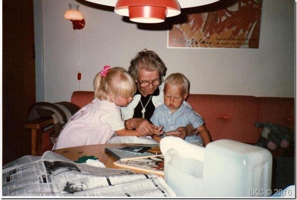 Oldemor med sine oldebørn juli 89