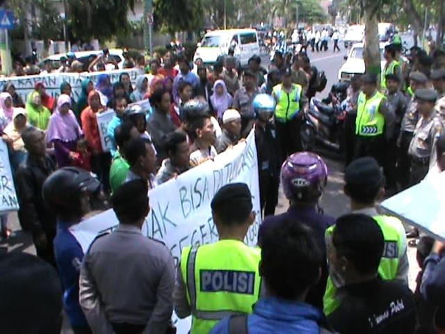 Tuntut Penyelesaian Proyek Terminal, Massa Paguyuban PKL Gus Dur Demo