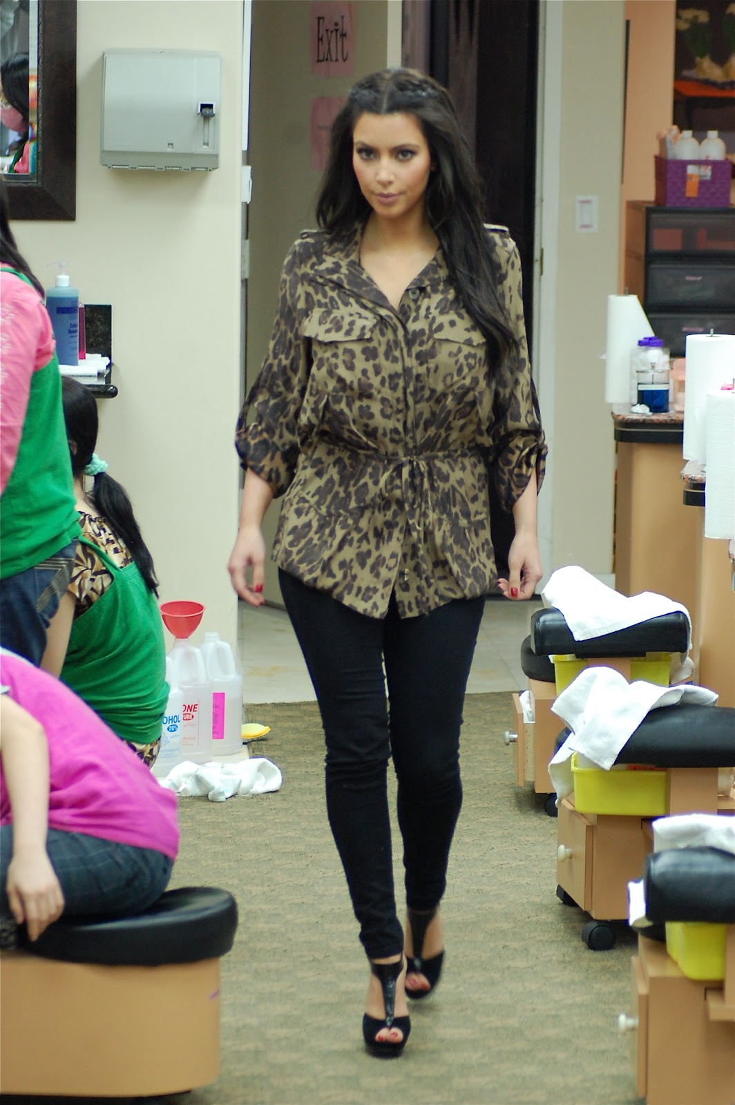 Steal Their Style Kim Kardashian 39 S Gorgeous Salon Candid Look