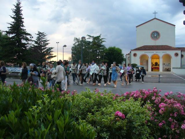 La partenza dell'escursione spirituale missionaria 2015 dalla chiesa parrocchiale di Fiorentina