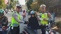 Polantas bagikan bunga kepada pengendara tertib aturan lalu lintas
