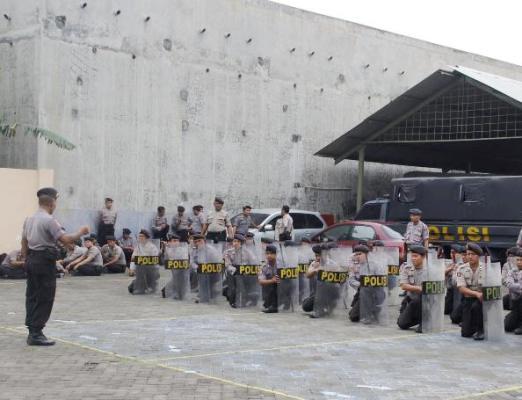 Berita foto video sinar ngawi terbaru: Pasukan Dalmas Polres Ngawi matapkan formasi banjar tiga dan formasi paruh lembing
