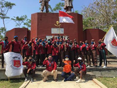 Pramuka SMA Negeri 2 Pacitan Ambalan Arjuna Dewi Shinta usai melaksanakan kegiatan bersih lingkungan Momumen Tumpak Rinjing, Dadapan, Pringkuku (Foto Istimewa)