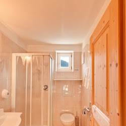 Doppelzimmer Stadndard Bad.jpg