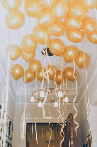Decoração de balões dourados presos no teto