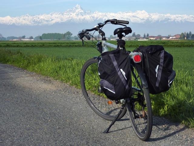 La mia bicicletta con il Monviso sullo sfondo