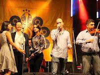 67 Négy énekessel érkezett a zenekar.JPG