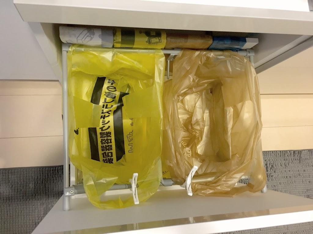 食器棚にごみを置く