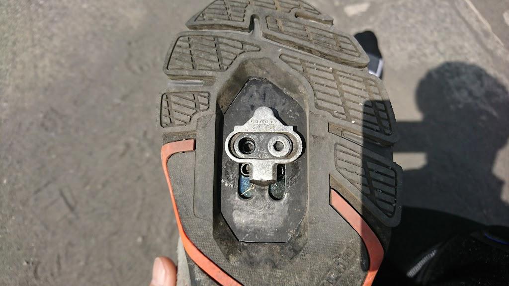 クリート取付ボルトが取れたシューズの写真