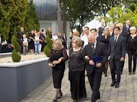 26 A gyászoló család, középen Fehérné Tamás Judit, Ilonka néni lánya.JPG