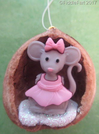 [Little+Mouse+Walnut+Shell+Christmas+Tree+Ornament%5B8%5D]